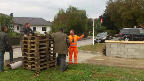 Harry beim Betonieren einer Mauer beim FF Haus 2013