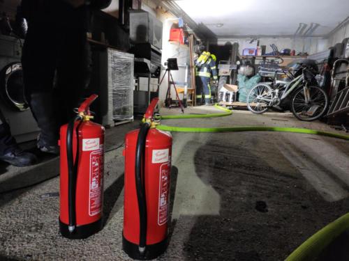 Zusätzlich bereitgestellte Feuerlöscher um gegebenenfalls den Schaden zu begrenzen