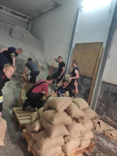 Füllen von Sandsäcken im Bauhof St. Leonhard