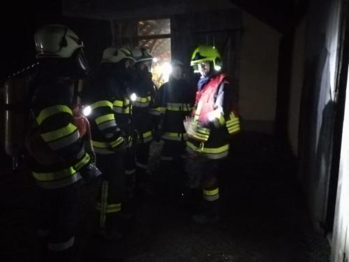 Atemschutztrupp vor dem Betreten des Brandobjekts