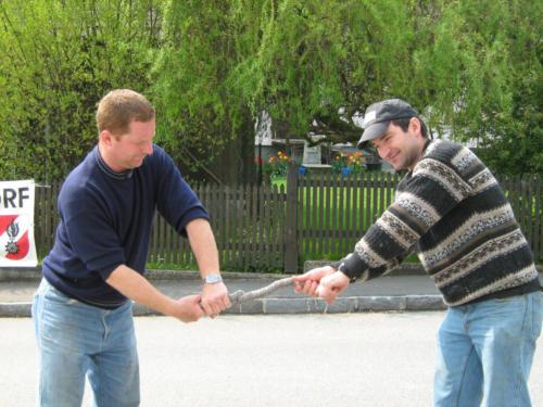 Harry bei den Vorbereitungsarbeiten Maibaumaufstellen 2008